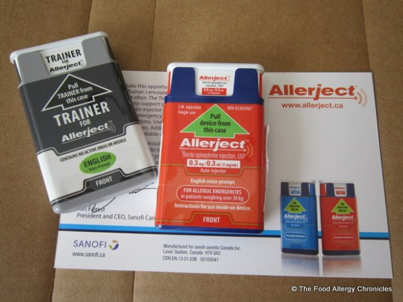Allerject trainer to the left and an actual Allerject auto-injector